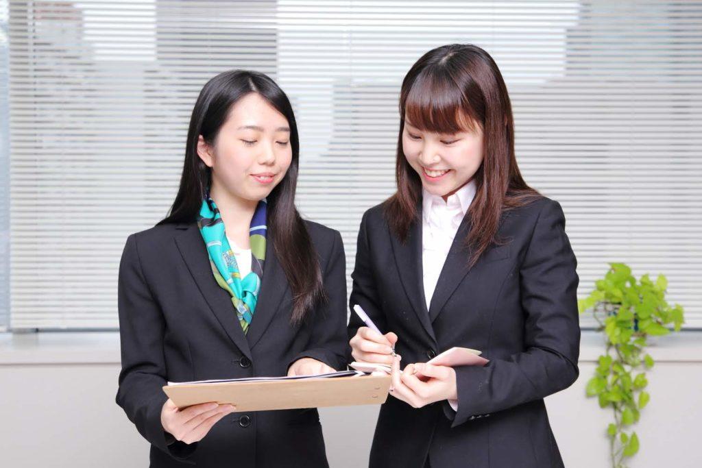 書類を見ている女性社員達たち